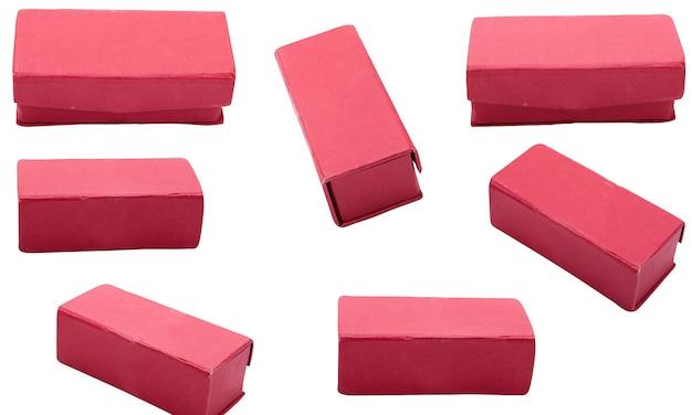 Czerwone pudełko na biżuterię na białym tle na białym tle. pojemnik na biżuterię elegance