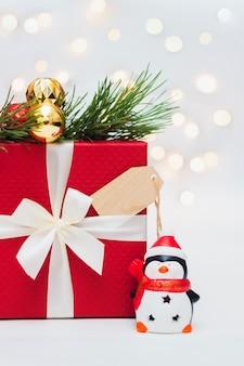 Czerwone pudełko na prezent drewniany formularz na tekst powitania gałąź choinki ozdoby na nowy rok