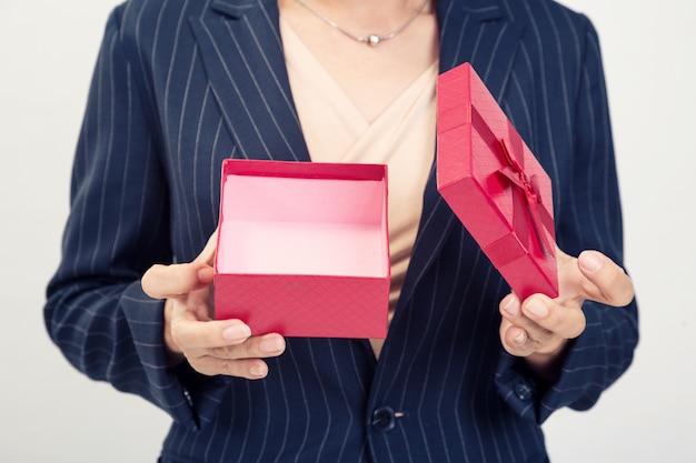 Czerwone pudełko od kobiety biznesu