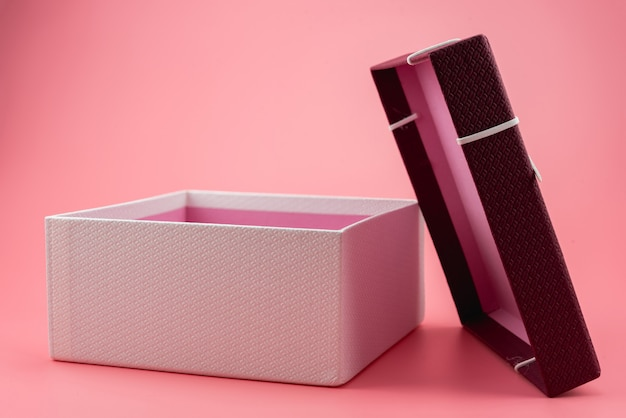 Czerwone pudełko upominkowe, pakiet wstążek
