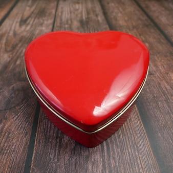 Czerwone pudełko w kształcie serca jako symbol walentynek