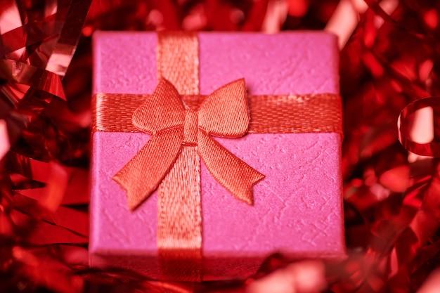 Czerwone pudełko w świątecznym świecidełku