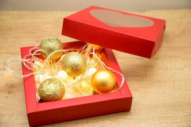 Czerwone pudełko z dekoracjami na boże narodzenie