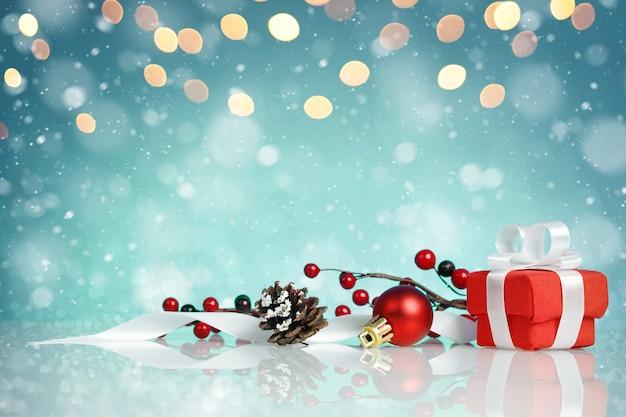 Czerwone pudełko z dekoracjami świątecznymi