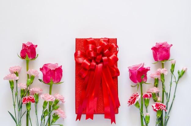 Czerwone pudełko z kolorowymi kwiatami