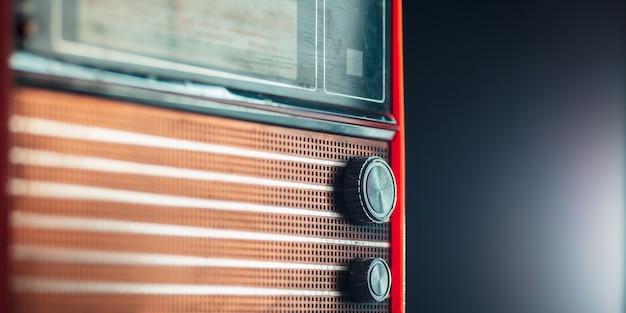 Czerwone radio na ciemnej ścianie