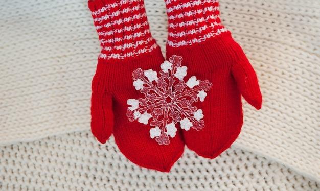 Czerwone rękawiczki z zabawkowym płatkiem śniegu