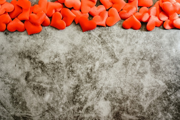 Czerwone romantyczne serca kadrowanie teksturowanej tło marmuru do użytku na walentynki