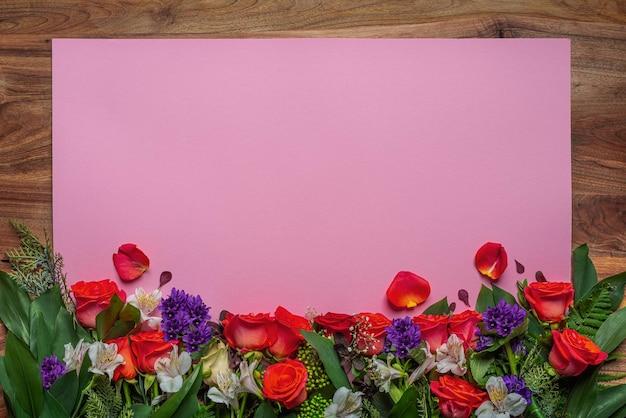 Czerwone róże, biała alstroemeria, gipsówka. świąteczna dekoracja
