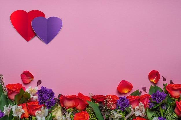 Czerwone róże, biała alstroemeria i gipsówka. świąteczna dekoracja