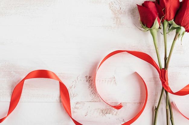 Czerwone róże i czerwony krawat