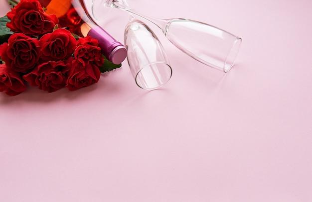 Czerwone róże i dwie szklanki