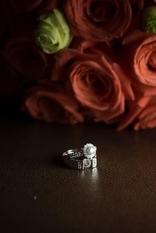 Czerwone róże i pierścionki zaręczynowe