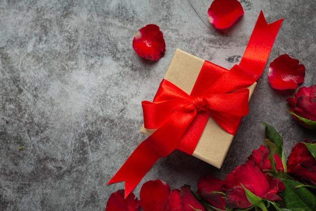 Czerwone róże i pudełko na prezent
