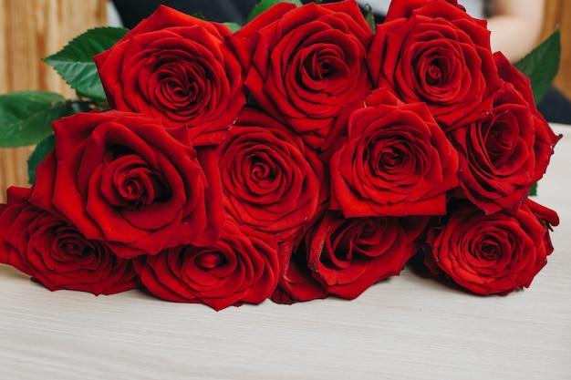 Czerwone róże i serce na desce, tło walentynki, dzień ślubu