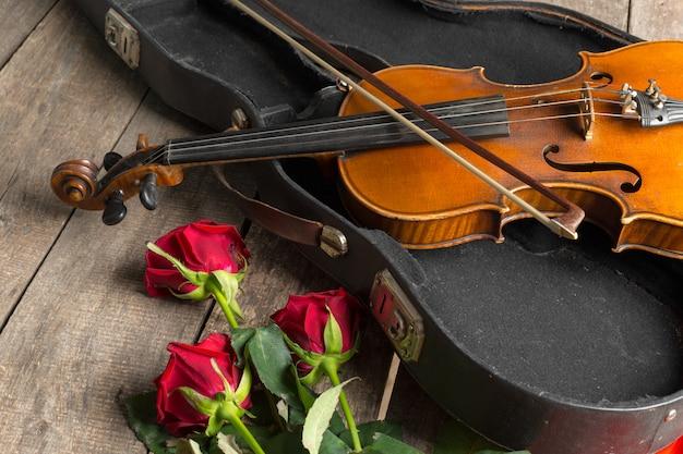 Czerwone róże i skrzypce