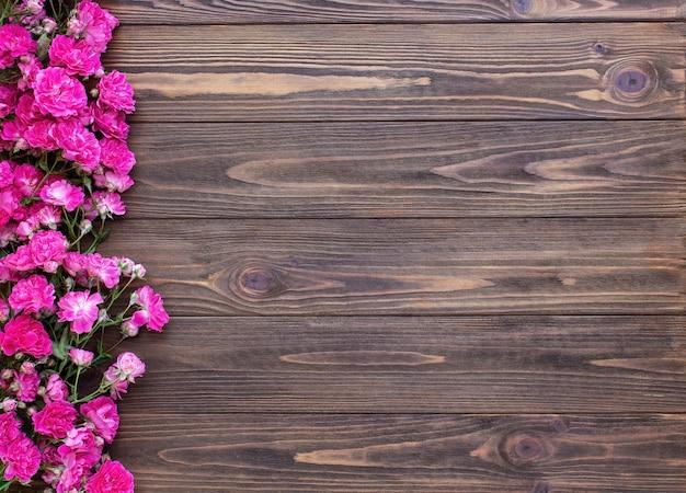 Czerwone róże na podłoże drewniane
