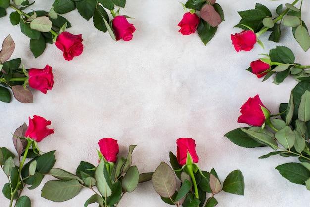 Czerwone róże są ułożone w okrąg