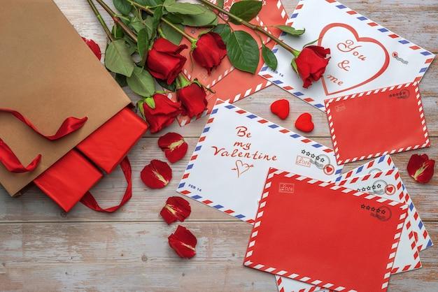 Czerwone róże w bukietach listów poczta rzemieślnicza torba na zakupy prezenty walentynki
