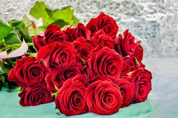 Czerwone róże z boke tłem.