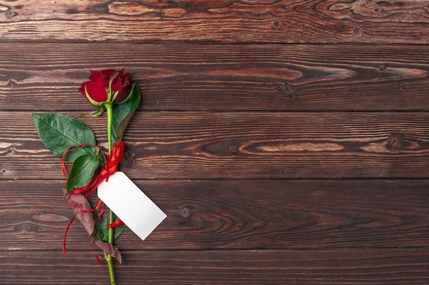 Czerwone róże z kartą wiadomości, walentynki