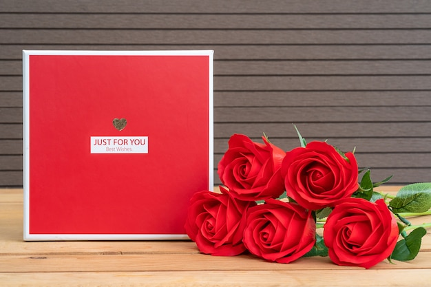 Czerwone róże z pudełko