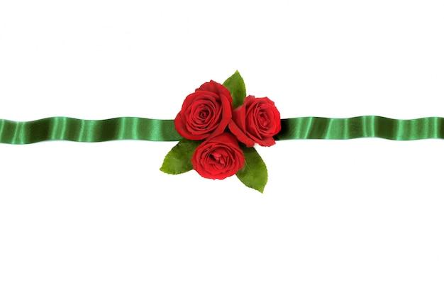 Czerwone róże zielona wstążka kwiatów baner