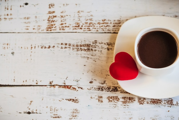 Czerwone serca i filiżankę kawy.