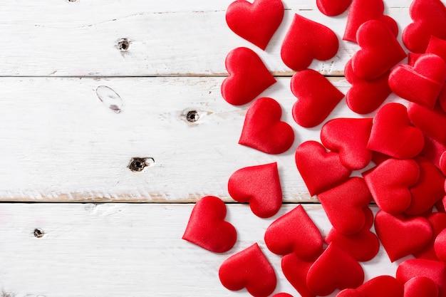 Czerwone serca na białej powierzchni