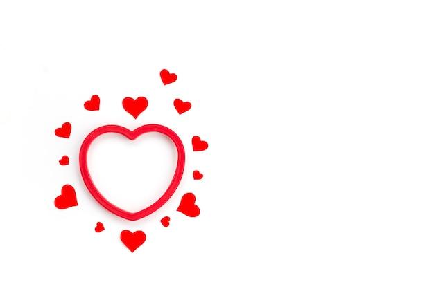 Czerwone serca na białym tle na walentynki.