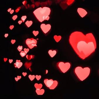 Czerwone serca na czarno