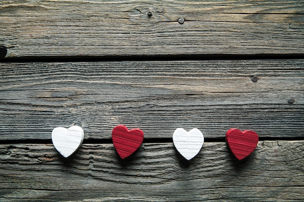 Czerwone serca na drewnianym stole