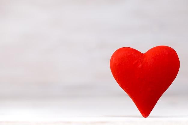 Czerwone serca na tle bokeh. walentynki tło.
