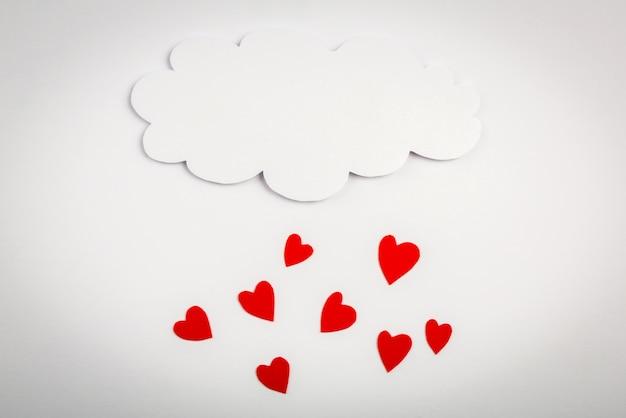 Czerwone serca spadających z chmury
