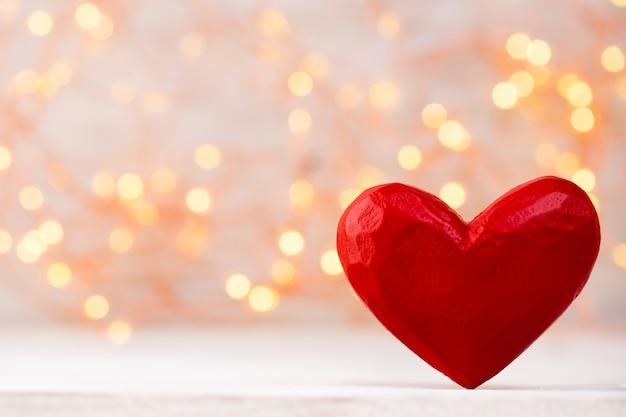 Czerwone serca w przestrzeni bokeh. przestrzeń walentynki.