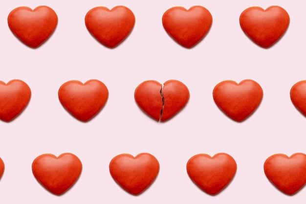 Czerwone serca z jednym złamanym sercem
