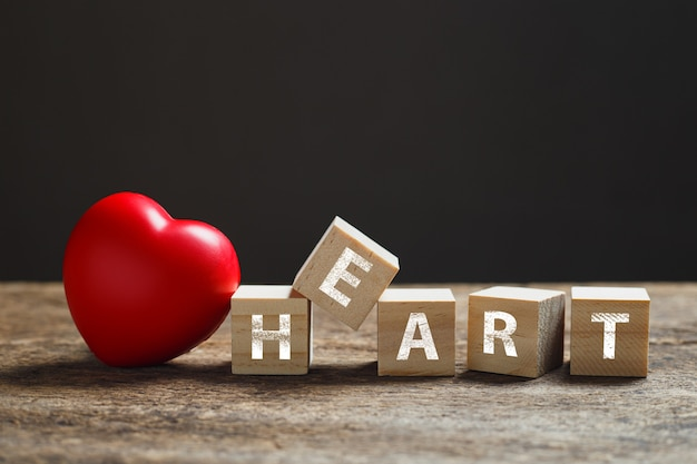 Czerwone serce, drewniana kostka blokowa z tekstem alfabetu