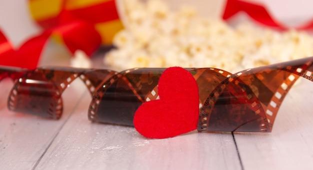 Czerwone serce i film. pojęcie kina, miłości.
