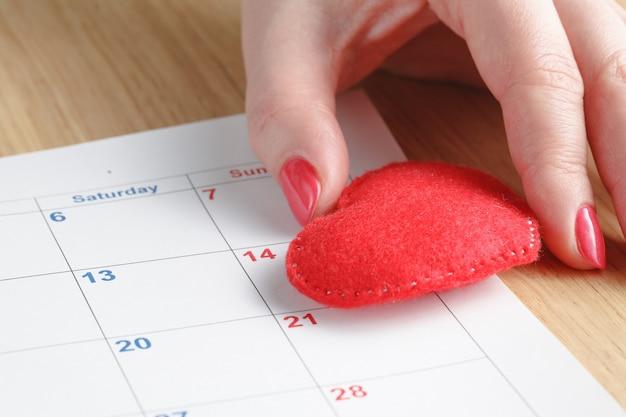 Czerwone serce i kalendarz, miesiąc miłości