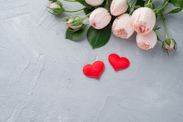 Czerwone serce i róże busha, walentynki, pojęcie miłości. skopiuj miejsce