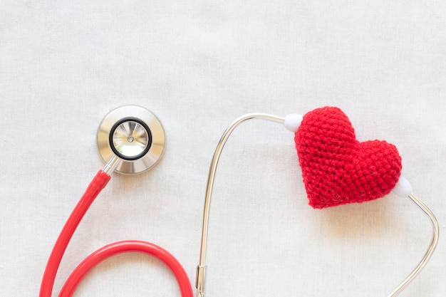 Czerwone serce i stetoskop. koncepcja zdrowia serca, kardiologii, dawstwa narządów, światowy dzień serca.