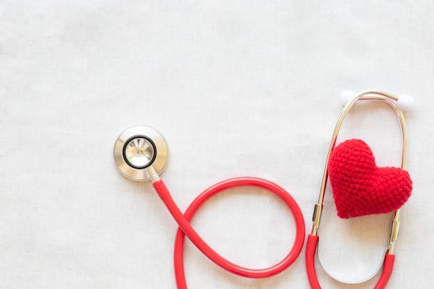 Czerwone serce i stetoskop. zdrowie serca, kardiologia, ubezpieczenie, dawstwo narządów, dzień lekarza.