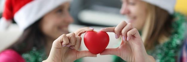 Czerwone serce kształt z bliska.