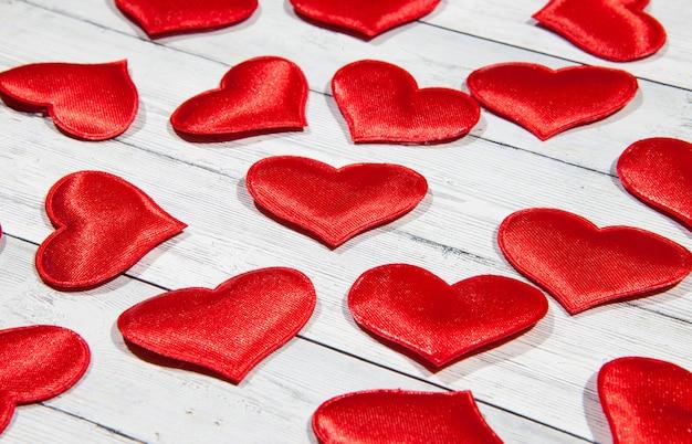 Czerwone serce na białym tle drewnianych.
