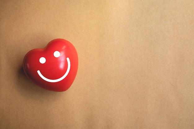 Czerwone serce na brązowym papierze
