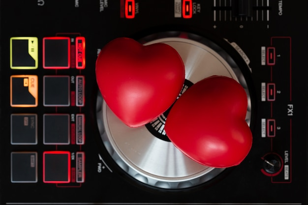 Czerwone serce na gramofonowym gramofonie