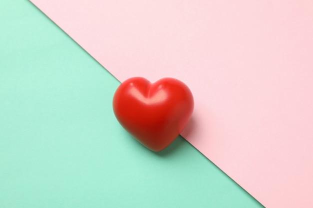 Czerwone serce na kolorowej powierzchni
