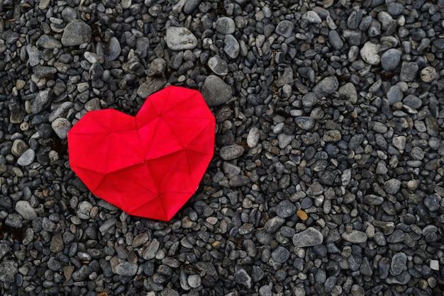 Czerwone serce na plaży