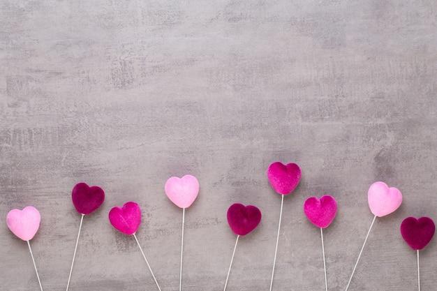 Czerwone serce na szarym tle. walentynki kartkę z życzeniami.