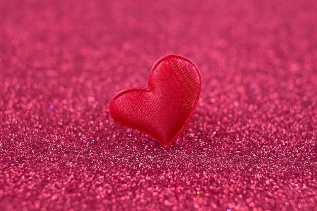 Czerwone serce na tle brokatu, koncepcja miłości na walentynki